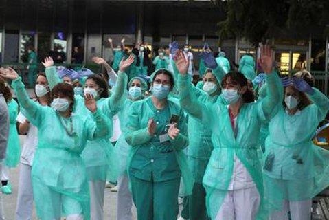 In Spanien gab es landesweit Applaus für das medizinische Personal.
