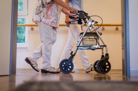 Stetige Begleitung: Die Belastung für Pflegekräfte ist in diesen Tagen besonders hoch.
