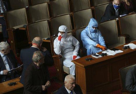 Sicherheit geht vor: In Parlamentssitzungen der bulgarischen Nationalversammlung in  Sofia trugen einige Abgeordnete bereits Schutzanzüge.