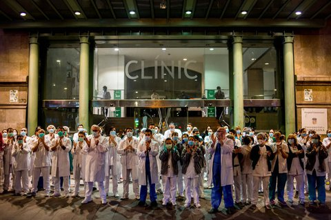 Klinikpersonal in Barcelona reagiert auf Applaus der Bevölkerung