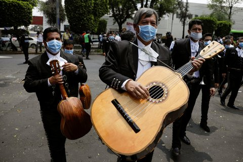 The other string of the crisis: solidarity can also be emphasized musically.