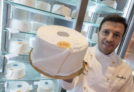Wer's mag. Der Rastatter Eiskonditor Pino Cimino hat Eistorten in Form von Toilettenpapier-Rollen im Angebot. Ein Exemplar wiegt schlappe zwei Kilogramm.