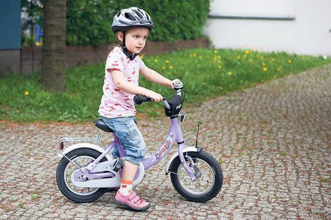 In der niedrigsten Sattelstellung sollte das Kind mit seinen Fu?ballen den Boden ausreichend berühren, um Standsicherheit zu haben.