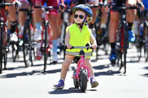 übung auf dem Laufrad bereitet Kinder aufs richtige Radeln vor.