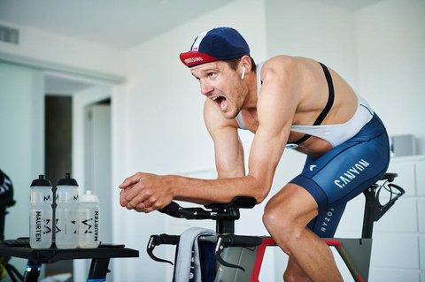 ?Triathlet Jan Frodeno beim Home-Training.
