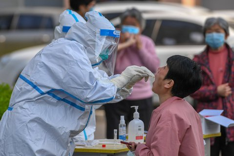 Ein medizinischer Mitarbeiter testet eine Frau auf das Coronavirus in Jilin.