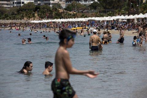 Menschen baden am Samstag im Mittelmeer am Strand von Alimos in der N?he von Athen.