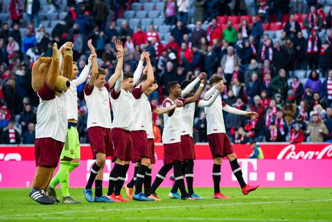 Hände hoch, DFB-Pokal: Der FC Bayern kann mit seinem Halbfinale in München planen.