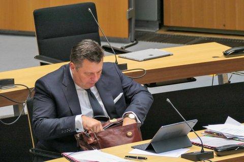 Konzepte in der Tasche: Sportsenator Andreas Geisel (SPD) will die Berliner Vereine unterstützen.