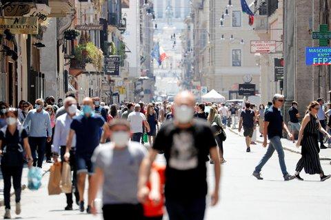 Am Samstag sind auf der Via del Corso in Rom auch Menschen ohne Mundschutz unterwegs.