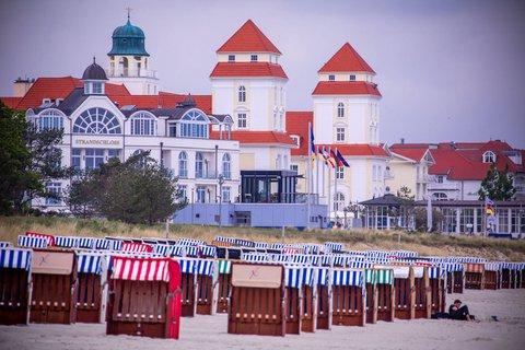 Strandkörbe vor einem Hotel auf der Insel Rügen