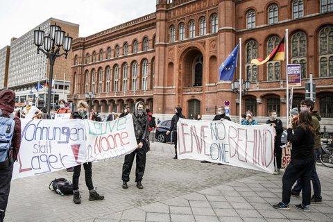 Demonstranten zeigen verschiedene Transparente bei der Protestaktion