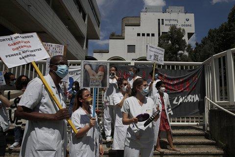 Medizinisches Personal demonstriert in Paris für bessere Bezahlung und ein  Umdenken des Gesundheitssystem, das schnell von Corona-Patienten  überfordert war.