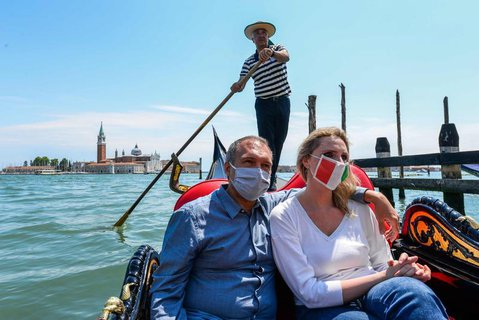 Ein Paar genießt eine Gondeltour in Venedig.