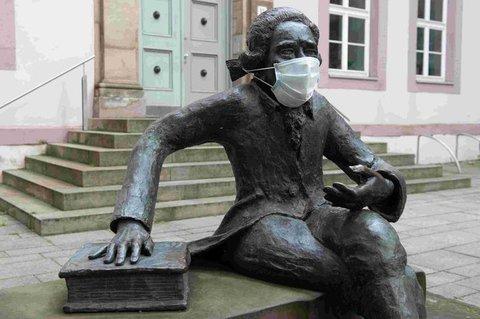 Die Skulptur des Göttinger Physikers Georg Christoph Lichtenberg mit Mundschutz.