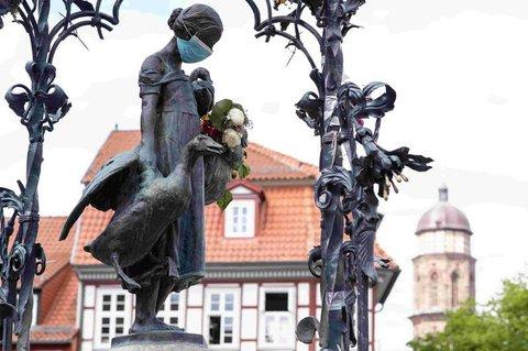 Das Gänseliesel, das Wahrzeichen Göttingens, mit Maske.