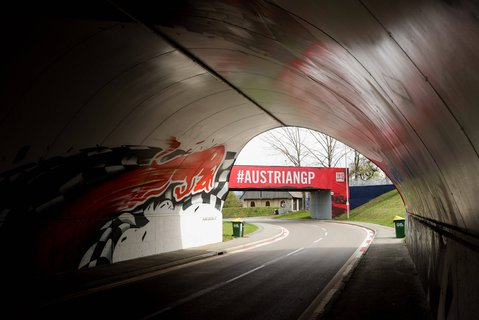 Noch leer, bald wieder voll: Auf dem Kurs von Spielberg soll es mit der Formel 1 im Juli losgehen.