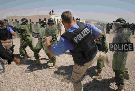 Die Beamten gehören zum German Police Project Team.