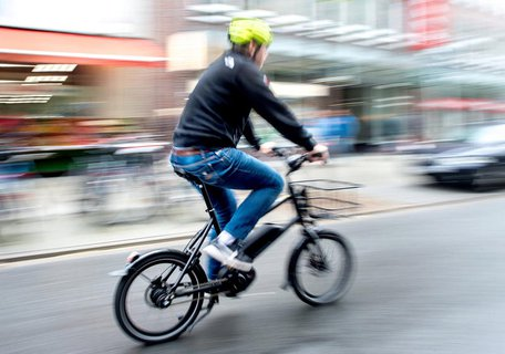 Pedelecs unterstützen bis 25 km/h. Wer schneller fahren will, sollte besser zum legalen S-Pedelec greifen.