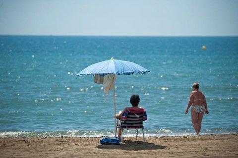 In Spanien gibt es erste vorsichtige Lockerungen. So darf man wieder an den Strand - wie hier in Malaga.