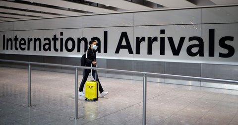 Eine Reisende nach ihrer Ankunft am Londoner Flughafen Heathrow am 22. Mai