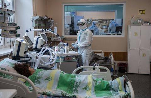 Medizinisches Personal kümmert sich in einem Krankenhaus in Twer um eine Patientin mit Covid-19.