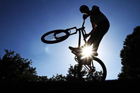 Nicht nur bei BMX-Sprüngen sollte man sich auf seinen Helm verlassen können.