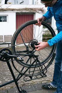 Fast fertig: Das Rad mit repariertem oder neuem Schlauch wird wieder eingesetzt.