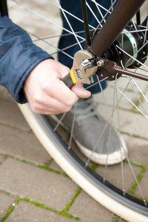 Wer keine Schnellspanner an den Rädern hat, braucht zum Ausbau das richtige Werkzeug.
