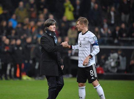 Im September soll es für DFB-Coach Joachim Löw (links) und Toni Kroos weitergehen.