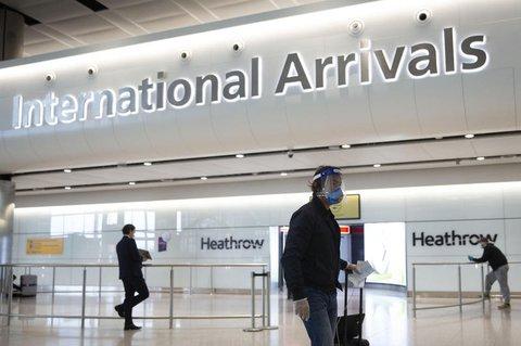 Reisende am Flughafen Heathrow in London.