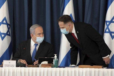 Kabinettssekretär Tzachi Braverman (rechts) und Benjamin Netanjahu.