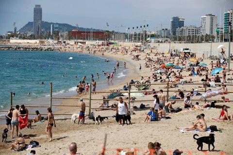 Bald mit Maske? Menschen sonnen sich am Strand in Barcelona.