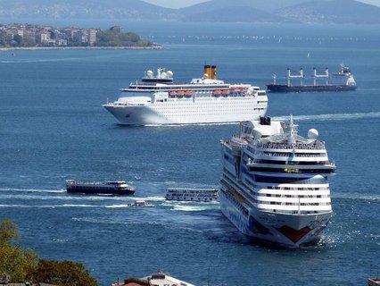 Zwei Kreuzfahrtschiffe am Bosporus im Jahr 2015.