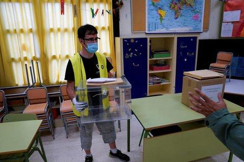 Wahlurnen werden im Baskenland aufgestellt.