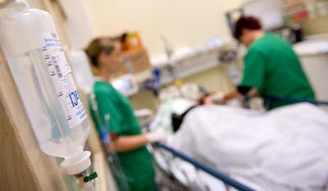 Medizinisches Personal versorgt Patienten
