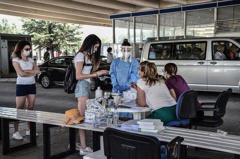 Touristen warten an der griechisch-bulgarischen Grenze auf einen Coronavirus-Test.