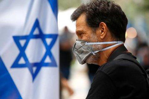 Mann mit Maske in Tel Aviv, Israel.