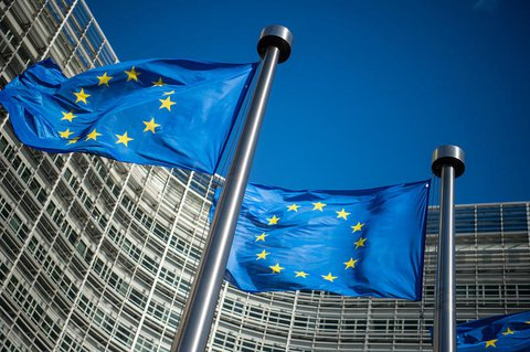 Flaggen der EU wehen vor dem Sitz der Kommission.