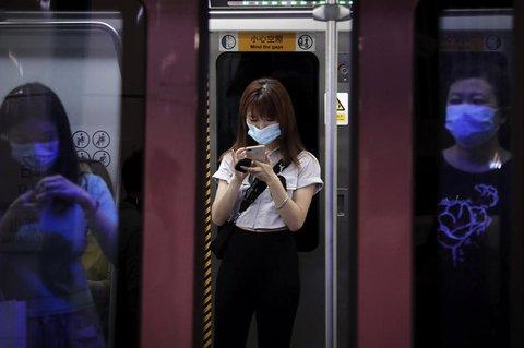 Pendler in der Pekinger U-Bahn.