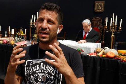 Künstler Itay Zalait vor einer Protest-Installation, die den Ministerpräsidenten Netanjahu beim