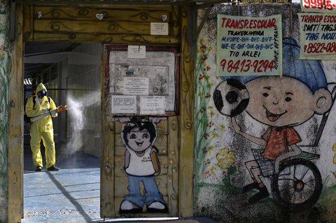Brasilia: Ein Regierungsangestellter in Schutzanzug desinfiziert eine staatliche Schule in der Nachbarschaft der Taguatinga inmitten der Corona-Pandemie.