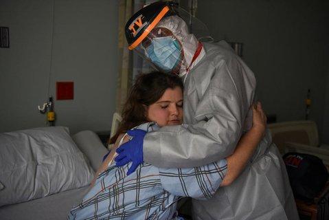 Ein Arzt umarmt eine Krankenschwester in einem Krankenhaus in Houston, Texas.