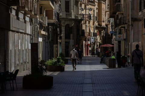Ein Mann mit Mundschutz geht durch die Innenstadt von Lleida.