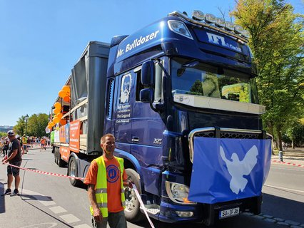 Vaccine opponents on trucks at the Brandenburg Gate
