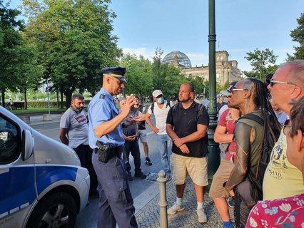 Polizeisprecher Thilo Cablitz im Gespräch mit Demonstranten