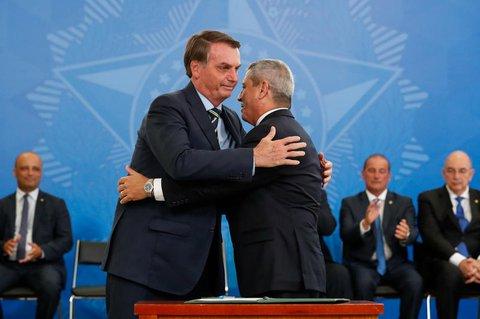 Auf diesem vom brasilianischen Präsidentenamt zur Verfügung gestellten Bild umarmt Jair Bolsonaro, den General Walter Braga Netto.