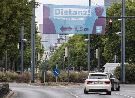 Das Banner hängt über der Haupteinfahrtstraße nach Offenbach.