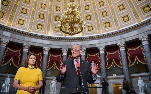Chuck Schumer (r.) neben Nancy Pelosi