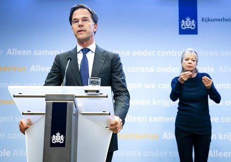 Premierminister Mark Rutte bei einer Pressekonferenz.